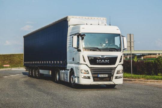 Czas pracy kierowcy ciężarówki – ile wynosi dobowy i tygodniowy czas pracy, taryfikator kar i poradnik, jak ich unikać