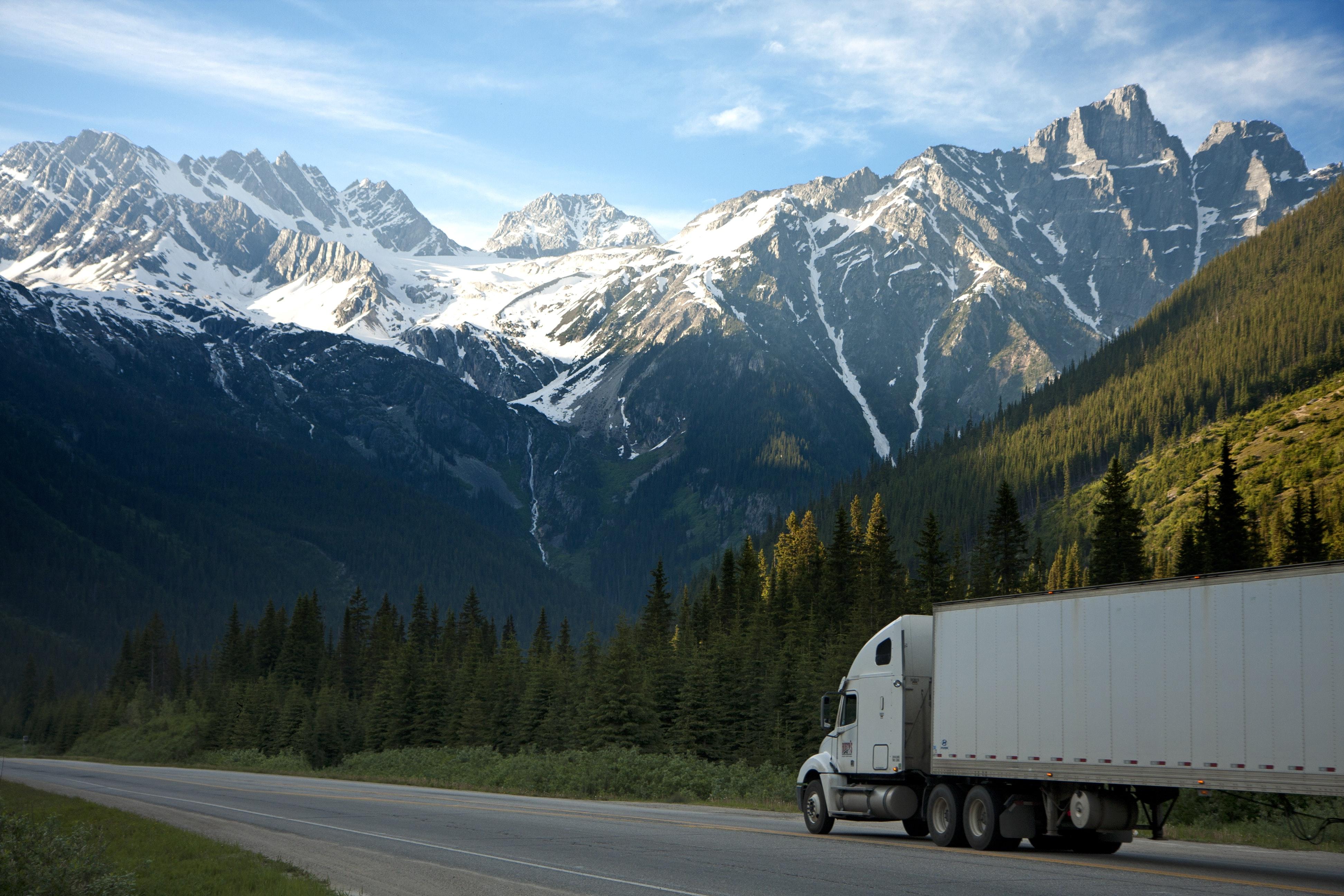 Zimowe opony na ciężarówki. Gdzie są obowiązkowe i jak je dobrać?